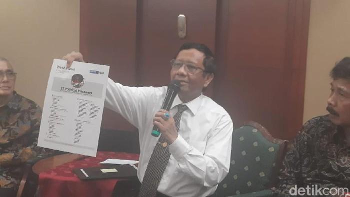 Menko Polhukam Mahfud Md menunjukkan dokumen milik aktivis Veronica Koman yang dititipkan melalui BEM UI.