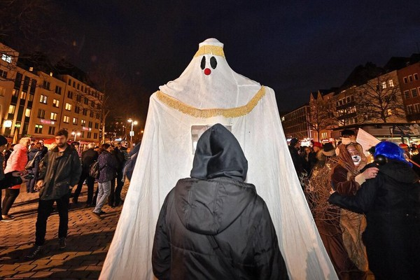 Beragam kostum hantu pun menghiasi jalanan Cologne, Jerman.