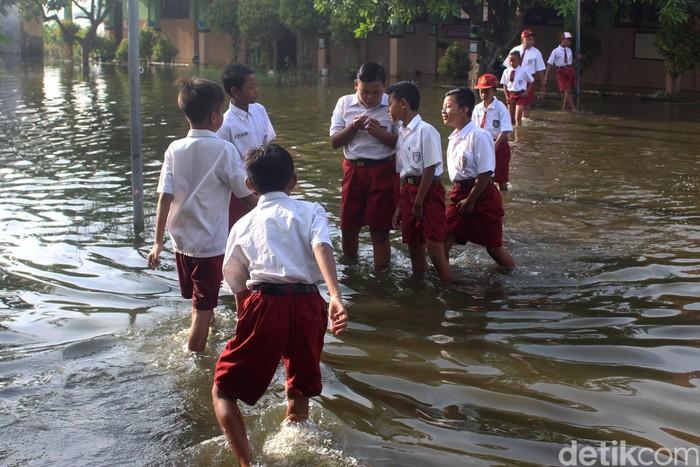 Siswa SDN Banjarasri di Tanggulangin, Sidoarjo sudah sebulan lamanya bersekolah dalam keadaan banjir. Kaki para siswa pun mulai gatal karena terus terendam air.