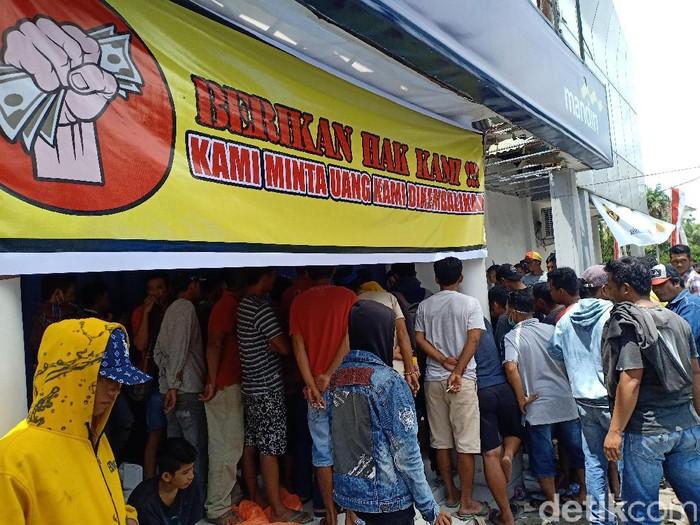 Sejumlah warga menduduki kantor Bank Mandiri Sidrap. Mereka meminta uang nasabah yang hilang dikembalikan (Hasrul Nawir/detikcom)
