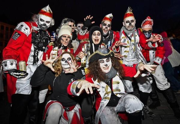 Sejumlah warga mengenakan kostum hantu saat mengikuti parade karnaval hantu di pusat Kota Cologne, Jerman, pada Sabtu (15/2/2020) lalu.