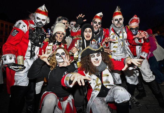 Parade Karnaval hantu diselenggarakan di Cologne, Jerman, pada Sabtu (15/2) lalu. Para peserta mengenakan beragam kostum hantu untuk meriahkan karnaval itu.