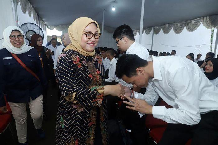 Ida Fauziyah saat tiba di Gedung Pencak Silat TMII, Jakarta Timur, untuk meninjau pelaksanaan proses Seleksi Kompetensi Dasar (SKD) CPNS Kemnaker. Istimewa/Kemnaker.