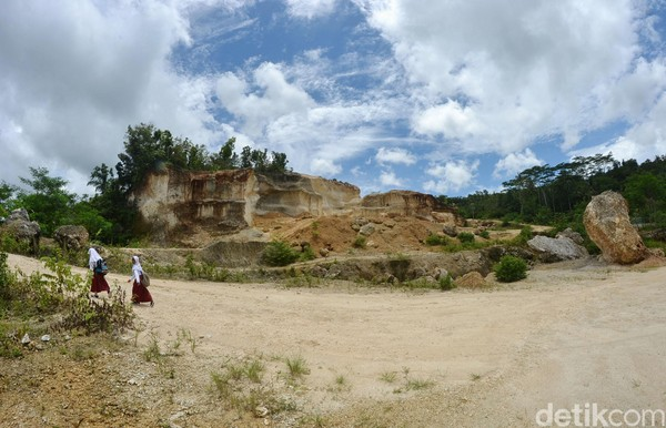 Bekas tambang kapur ilegal ini berada di Dusun Sindangsaei, Desa Banjarharja, Kecamatan Kalipucang, Kabupaten Pangandaran, Jawa Barat.