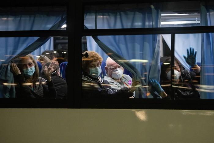 Warga AS dievakuasi dari kapal pesiar yang tengah dikarantina terkait virus corona di Jepang. Proses evakuasi itu dilakukan pada Minggu (16/2) malam.
