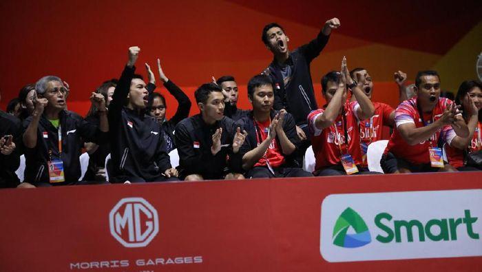 Firman Abdul Kholik dan pemain putra Indonesia merayakan kesuksesan di Kejuaraan Bulutangkis Beregu Asia 2020.