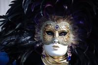 Menariknya, karnaval kostum ini tak hanya dapat diikuti oleh warga lokal, para wisatawan pun dapat ikut serta mengenakan kostum maupun topeng unik untuk memeriahkan karnaval kostum ini.