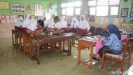 Siswa SD di Sidoarjo ini Harus Belajar dengan Duduk di Atas Meja