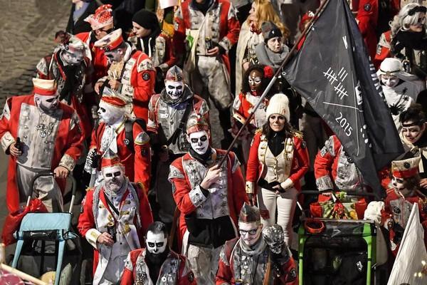 Tak sedikit warga dan wisatawan yang berkumpul untuk melihat langsung dan mengabadikan momen parade karnaval hantu tersebut.