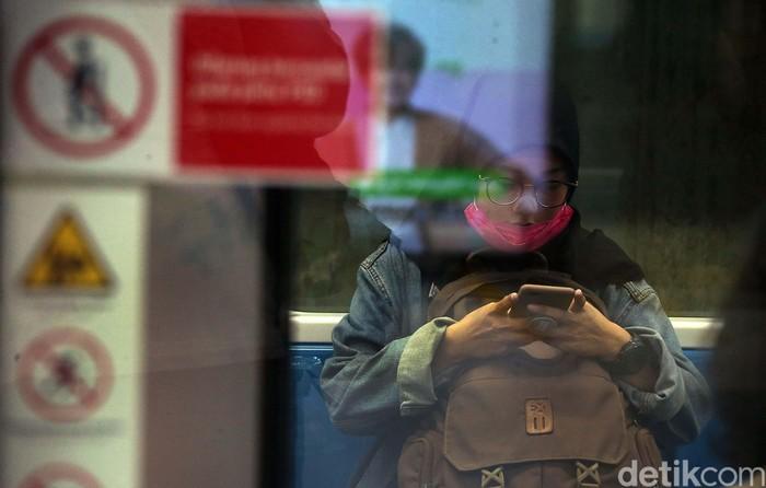 Penumpang Mass Rapid Transit  (MRT) Jakarta terlihat memakai masker, Senin (17/2). Hal ini untuk mencegah virus corona.