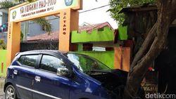 Mobil Tabrak Pohon Depan SD di Gowa, Siswa Geger Berhamburan Keluar Kelas