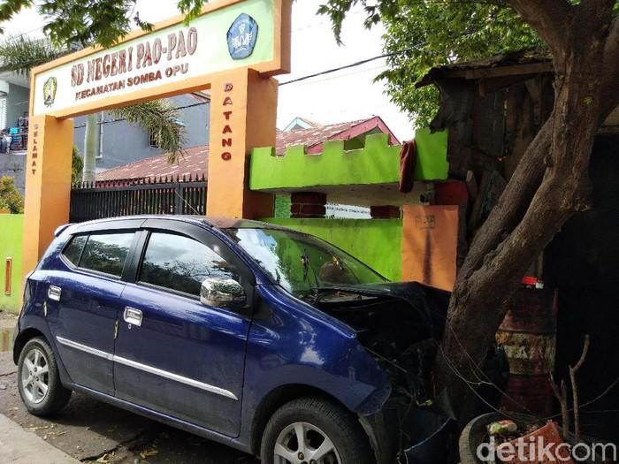 Mobil menabrak pohon di depan SD membuat siswa berhamburan keluar kelas (Hermawan Mappiwali/detikcom)