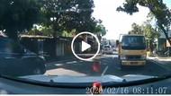 Satu Lagi yang Santuy Banget di Klaten, Mobil Hadang Truk Sampai...