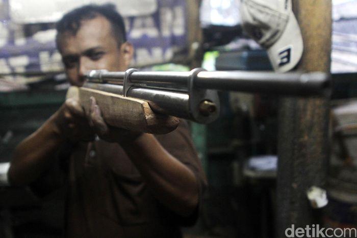 Pekerja merakit senapan angin di bengkel rumahan di Desa Cikeruh, Kecamatan Jatinangor, Kabupaten Sumedang, Jawa Barat, Senin (17/2/2020).