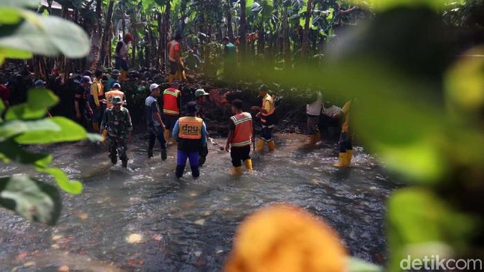 Tiga tanggul di aliran Sungai Cicadas Baru, Kota Bandung jebol. Dinas Pekerjaan Umum (DPU) Kota Bandung kini membangun tanggul sementara.