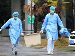 Nggak Biasa! Pria Cuci Uang Pakai Sabun Demi Cegah Virus Corona