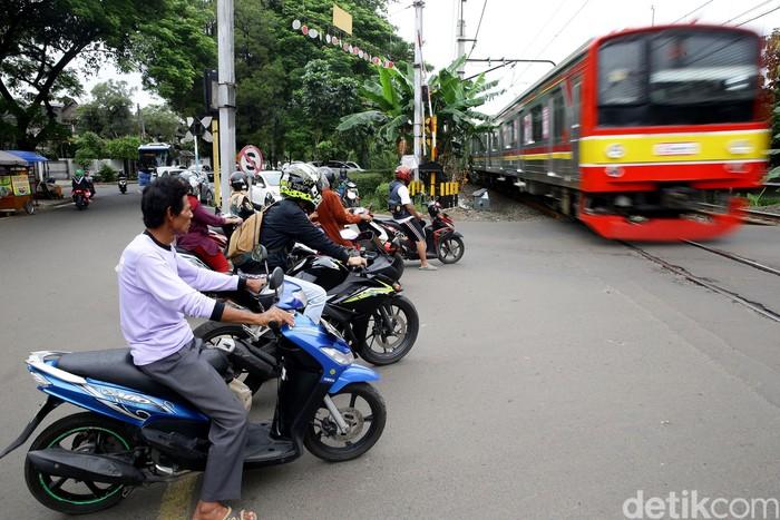 Perlintasan KA terlihat tanpa palang pintu di kawasan Bumi Bintaro Permai, Jakarta. Palang tersebut rusak sehingga mengancam keselamatan para pengendara.