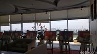 Di lounge kamu juga bisa melihat pameran-pameran budaya yang ditampilkan di estalase. Serta poster-poster Presiden RI yang disusun membelakangi pemandangan Kota Jakarta. Epik! (Syanti/detikcom)