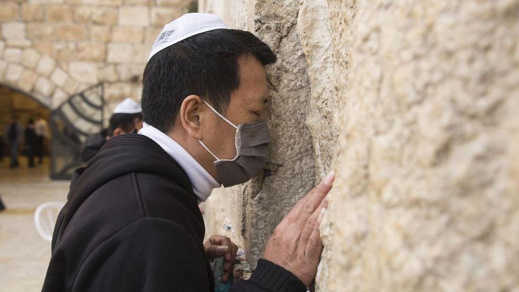Umat Yahudi Ortodoks Gelar Doa Bersama untuk Pasien Corona