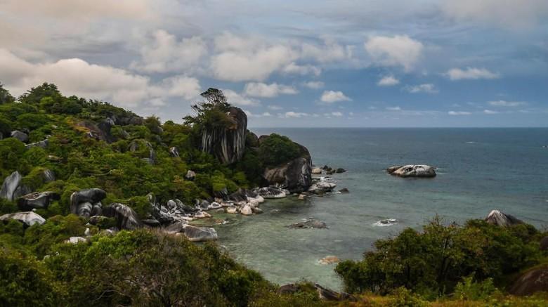 Tanjung Senubing, di Bunguran Timur, Natuna, Kepulauan Riau, menyajikan pemandangan batuan yang indah. Yuk kita lihat.