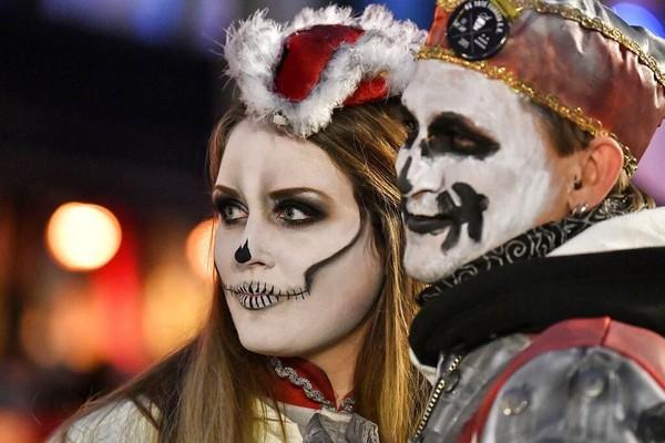 Penyelenggaraan parade karnaval hantu ini sukses menarik perhatian warga dan wisatawan di sana.