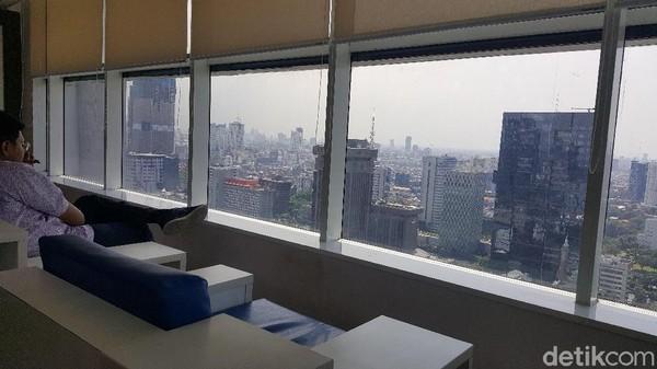 Nyamannya lagi ada sofa yang nyaman untuk menikmati Jakarta dari sana. Sumpah, asyik banget! (Syanti/detikcom)