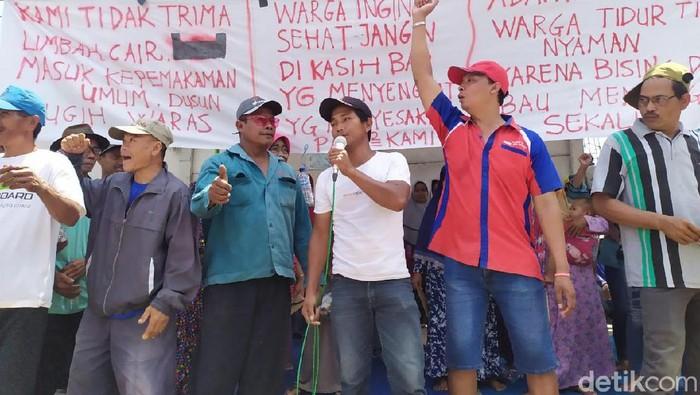 Warga Demo Pabrik Mebel di Mojokerto