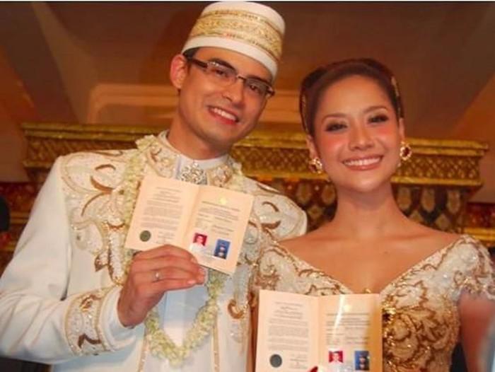 Kisah Kebaya BCL dan Suami.