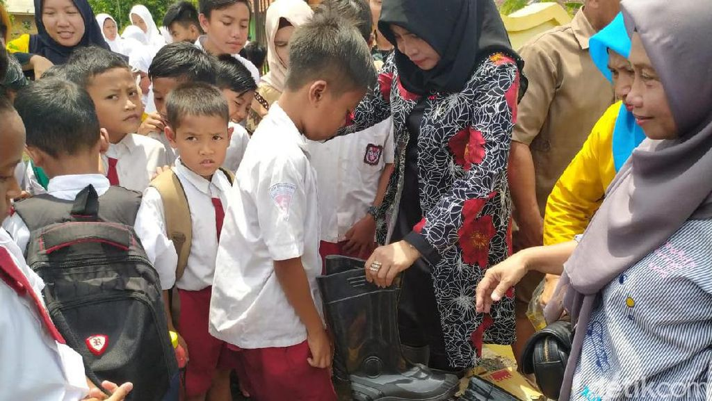 Satu Bulan Terendam Banjir, Ratusan Siswa Ini Senang Dapat Sepatu Bot