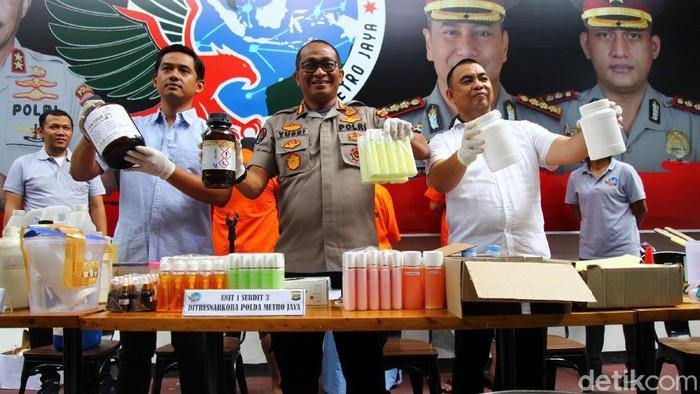 Polda Metro Jaya menggerebek industri rumahan kosmetik ilegal di Depok, Jawa Barat. Tiga orang pelaku pembuatan kosmetik dan barang bukti berhasil diamankan. Hal itu disampaikan Kabid Humas Polda Metro Jaya Kombes Polisi Yusri Yunus dalam rilis di Mapolda Metro Jaya, Selasa (18/2/2020).