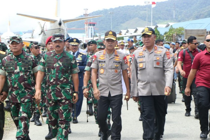 Panglima TNI Marsekal TNI Hadi Tjahjanto dan Kapolri Jenderal Idham Azis melepas 4 jenazah prajurit korban heli MI-17 (Dok. Puspen TNI)
