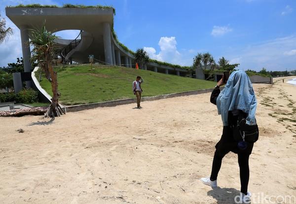 Berbagai persiapan itu dilakukan guna semakin memantapkan posisi Lombok sebagai destinasi kelas dunia. Kawasan itu kini memang jadi salah satu magnet pariwisata di Nusa Tenggara Barat. Hal itu terlihat dari kehadiran para wisatawan baik lokal maupun mancanegara yang berkunjung ke Pantai Kuta Mandalika.