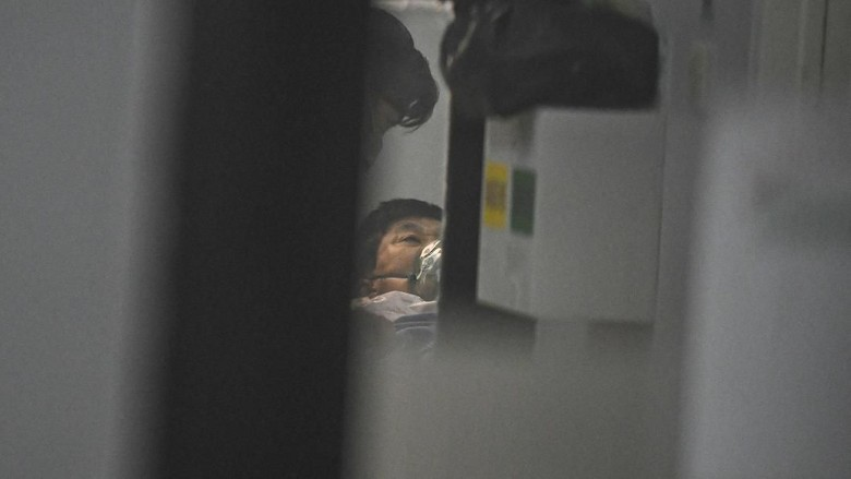 Petugas medis berjalan memasuki ruang isolasi RSUP Mohammad Hoesin (RSMH) Palembang, Sumatera Selatan, Selasa (18/2/2020). Menurut keterangan dari Ketua Tim Penyakit Infeksi Emerging (PIE) RSUP Mohammad Hosein Palembang Dr Zein Ahmad, satu pasien laki-laki berinisial TH (62) yang sempat diduga terinfeksi virus Corona (Covid-19) setelah pulang dari Malaysia, namun setelah dilakukan pemeriksaan lebih lanjut tidak memenuhi kriteria terinfeksi virus Covid-19 dan saat ini masih dalam tahap observasi diruang isolasi Rumah Sakit. ANTARA FOTO/Nova Wahyudi/pd.