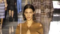 Bella Hadid Pakai Masker Emas 24 Karat Jelang Fashion Show Burberry