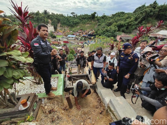 Polisi membongkar makam balita Yusuf yang ditemukan tewas tanpa kepala di Samarinda (dok. istimewa)