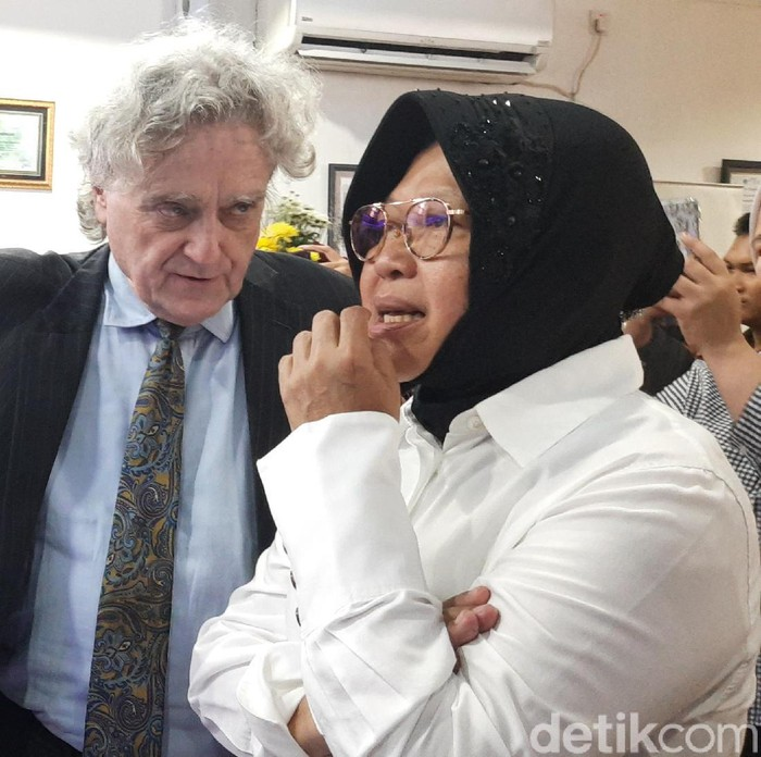 Wakil Ketua DPR Muhaimin Iskandar mengatakan kemajuan Surabaya tidak ada yang signifikan. Wali Kota Surabaya Tri Rismaharini mengaku tak mengetahui kicauan di Twitter tersebut.