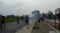 Massa Bonek Bentrok dengan Aremania, Polisi Bubarkan dengan Gas Air Mata