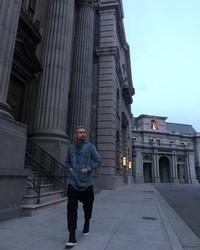 Ashraf juga tampaknya hobi berjalan kaki. Ia tampak menikmati momennya berjalan di kawasan New York. (Foto: Instagram @ashrafsinclair)