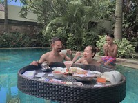 Keluarga kecil ini terlihat kompak saat tengah liburan di Nusa Dua, Bali. (Foto: Instagram @ashrafsinclair)