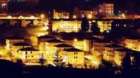 Sejumlah kota di Italia ditinggalkan penduduknya dan mulai mengalami penurunan jumlah penduduk. Untuk mengatasinya beberapa kota mulai mencoba melakukan repopulasi ulang dengan menawarkan rumah dengan harga yang tidak masuk akal cuma 1 euro saja. Istimewa/CNN.