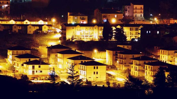 Kota Teora, Campania, Italia, ditinggal warganya. Walikota Teora pun menawarkan sewa rumah kosong secara gratis untuk mendatangkan warga ke kota tersebut.