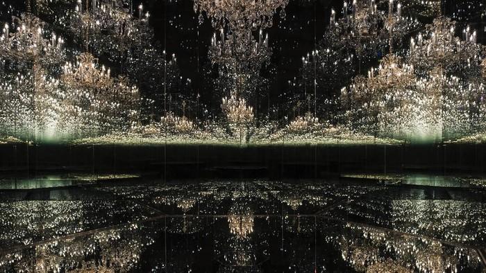 Karya Seni Instalasi Yayoi Kusama Chandelier of Grief