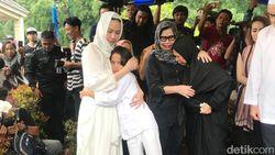 Kembali dari Pemakaman Ashraf, BCL Disambut Pelukan Rekan Artis