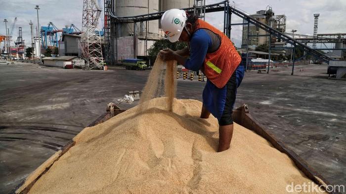 Gula menjadi salah satu bahan pangan pokok yang diimpor pemerintah. Impor itu dilakukan untuk menjaga pasokan harga dan pasokan menjelang Ramadhan 2020.