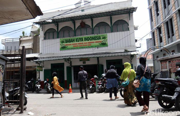 Toko herbal Babah Kuya Indonesia menjadi salah satu toko herbal tertua yang ada di Kota Bandung, Jawa Barat. Toko herbal ini sudah berdiri sejak dua abad lalu, yaitu pada tahun 1800.
