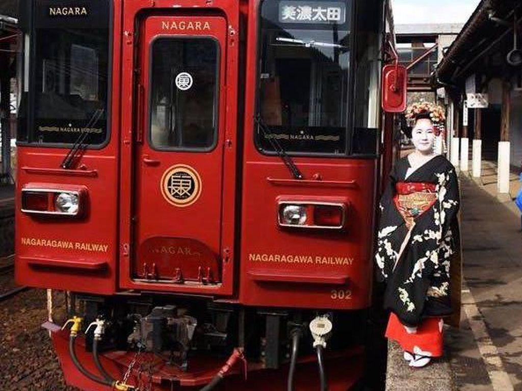 Naik Kereta Dilayani Geisha, Bisa!