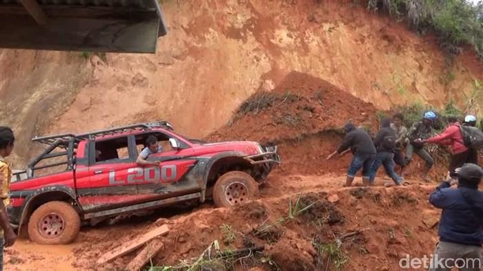Tanah longsor kembali melumpuhkan akses jalan utama yang menghubungkan Kabupaten Mamasa, Sulawesi Barat, dan Kabupaten Toraja, Sulawesi Selatan (Abdy Febriady/detikcom)