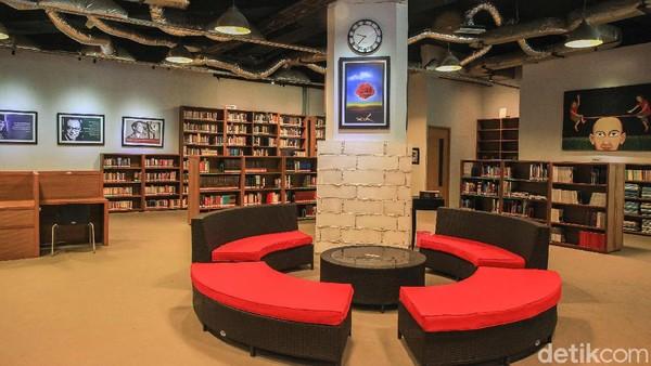 Freedom Institute memiliki beberapa pilihan tempat yang nyaman buat traveler membaca atau mengerjakan tugas. Ada tempat duduk yang privasi ada pula meja panjang untuk diskusi (Ari Saputra/detikcom)