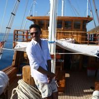 Beberapa waktu lalu, Ashraf juga sempat mencoba naik kapal di Labuan Bajo, salah satu destinasi super prioritas di Indonesia. (Foto: Instagram @ashrafsinclair)