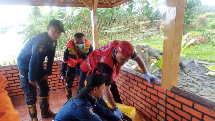 Petugas evakuasi jasad bocah yang tewas hanyut di saluran air Bandung